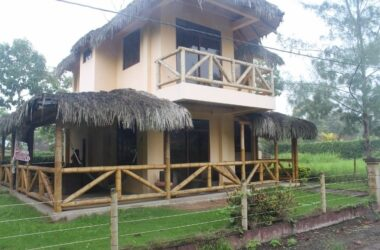 Olón Ecuador - Olon Beauty-In Private Gated Community-Highly Desired Location in Olon. Paved streets lined with beautiful palms set the stage as you enter this private gated community. The House is on a Huge Lot with Plenty of Plants and a Huge Grass Front Yard. Start Living Today